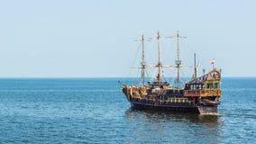 Nöjefartyget som planläggs i gammalt, piratkopierar fregattstil Arkivbild