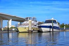 Nöjehantverk i den Clearwater hamnmarina royaltyfri fotografi