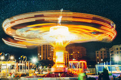 Nöjesfält och karusell på natten, långt begrepp för njutning för karneval för underhållning för exponeringsrörelsesuddighet arkivbilder