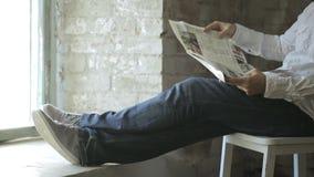Nöjt liv av en man som läser en fransk tidning arkivfilmer