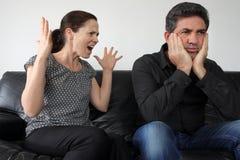 Nörgelnde Frau beschwert sich zu ihrem Ehemann stockbilder