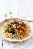 Nötkött-, basilika- och tomatköttbullar med quinoaen Royaltyfria Foton