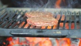 Nötkött- eller grisköttkotletter som grillar på raster board bun cooking cutting fresh hamburger meet minced raw vegetable wooden stock video
