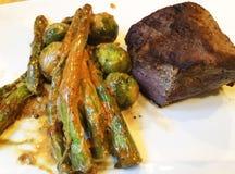 nötkött grillad steak saftig steak för nötkött Gourmet- biff med grönsaker, grillad sparris och brussels groddar med sås Arkivfoton