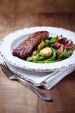 nötkött grillade steakgrönsaker fotografering för bildbyråer