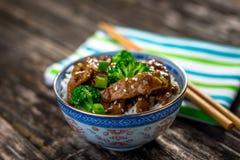 Nötkött i sås med broccoli och ris Royaltyfri Bild