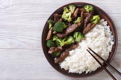 Nötkött med broccoli och ris på tabellen horisontalbästa sikt Arkivbild