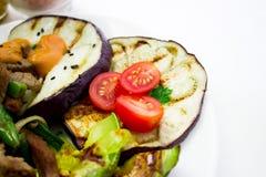 Nötkött med grillade grönsaker Arkivfoto
