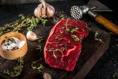 Nötkött med yxa, timjan och kryddor Royaltyfria Bilder