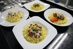 Nötkött och feg disk av kinesiska nudlar på köket Royaltyfri Foto