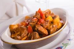 Nötkött Saute i oval bakningmaträtt Arkivbilder