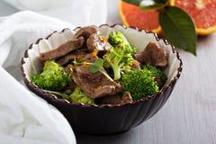 Nötkött som låtas småkoka med broccoli Fotografering för Bildbyråer