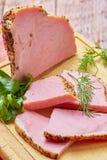 Nötkött som stekas med kryddasnittet på plattor med gräsplaner Fotografering för Bildbyråer