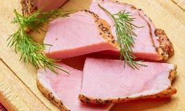 Nötkött som stekas med kryddasnittet på plattor med gräsplaner Royaltyfri Bild