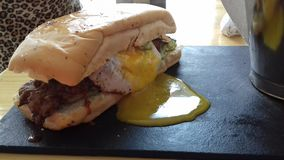 nötkött steker den vänstra smörgåsen Royaltyfri Fotografi