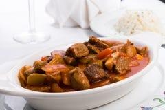 Nötkött Stew Served med pilaff för vita ris för sida Royaltyfria Foton