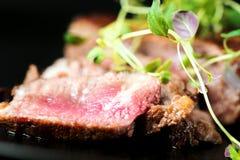 Nötköttbiff med gräsplaner Arkivfoto
