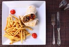 Nötköttbiff med potatischiper på en amerikanservice arkivbild