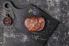 Nötköttbiff med timjan och rosmarin royaltyfri foto