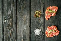 Nötköttbiff och kryddor Arkivfoton