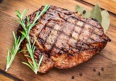 Nötköttbiff på en trätabell. royaltyfri fotografi