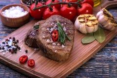 Nötköttbiff på träbräde Arkivfoton