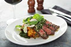 Nötköttbiff som skivas på en platta arkivfoto