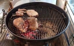 Nötköttbiffar på gallret med flammor royaltyfria foton
