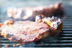 Nötköttbiffar på kolgaller arkivbilder