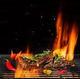 Nötköttbiffar som grillas, isolerat på svart royaltyfria foton