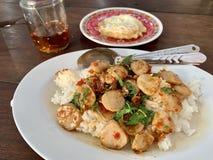 Nötköttboll som är kryddig på ris med det stekte ägget arkivfoto