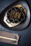 Nötköttfläskkarrén grillade biff, svart bakgrund, bästa sikt royaltyfri foto