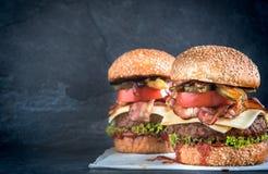 Nötkötthamburgare och bacon Royaltyfri Bild