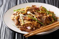 Nötköttkäkgyckelär en Cantonese maträtt för häftklammer som göras från att steka under omrörning nötkött, roliga breda risnudlar royaltyfria bilder