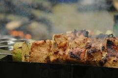 Nötköttkababs på gallret arkivbild