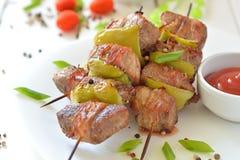 Nötköttkebabsteknålar på en platta Arkivbilder