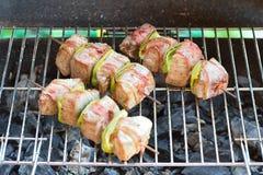 Nötköttkebabsteknålar på gallret Arkivbild