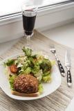 Nötköttkotlett med sallad Royaltyfria Foton