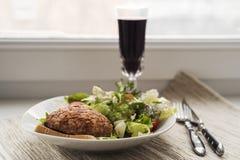Nötköttkotlett med sallad Royaltyfria Bilder