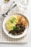 Nötköttlever med mosade potatisar och löken arkivbild