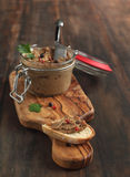 Nötköttleverpate med bröd fotografering för bildbyråer