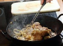 Nötköttmatlagning med lökcirklar Fotografering för Bildbyråer