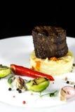 Nötköttmedaljong med potatisgratäng fotografering för bildbyråer