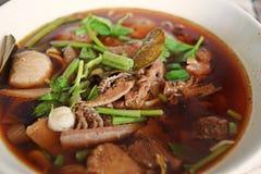 Nötköttsoppa med örten och kryddigt arkivbilder