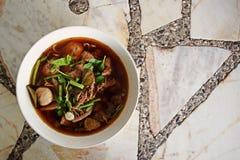 Nötköttsoppa med örten och kryddigt arkivfoto