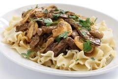 Nötköttstroganoff med pasta, rysskokkonst Arkivbilder