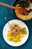 NötköttStroganoff tjänade som med franska småfiskar och gravade gurkor I Royaltyfri Foto