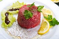 nötkötttandsten med den nya sallad- och citronskivan Royaltyfria Foton