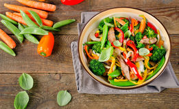 Nötköttuppståndelsesmåfisk med grönsaker Arkivbild