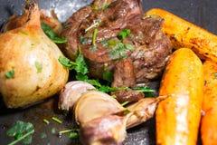 Nötköttvitlöklökar och morötter Arkivbild